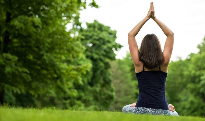 γυναίκα κάνει γιόγκα στη φύση  - eksi logoi gia na akolouthisete mia prasini diatrofi 28743 NaturesHouseGR  800x475 - Έξι λόγοι για να ακολουθήσετε μια «πράσινη» διατροφή