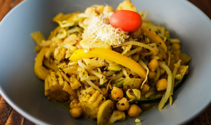 Vegan Dinner composed of Chick Peas and lots of Vegetables Spices with Curry and Turmeric  - eksi logoi gia na akolouthisete mia prasini diatrofi 73449 NaturesHouseGR  800x475 - Έξι λόγοι για να ακολουθήσετε μια «πράσινη» διατροφή