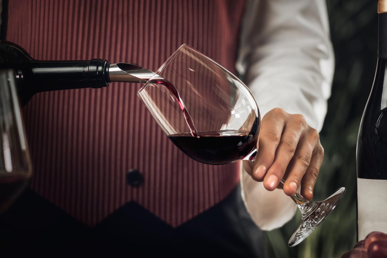 τροφές που ρίχνουν τη χοληστερίνη - red wine pouring into wine glass - 6+1 τροφές που ρίχνουν τη χοληστερίνη